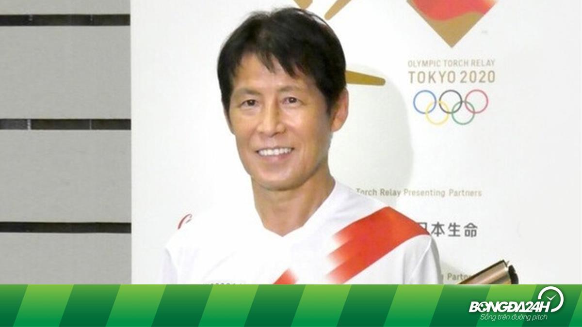 HLV tuyển Thái Lan tươi cười dự sự kiện rước đuốc Olympic Tokyo tại quê nhà
