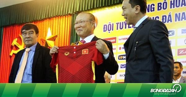 VFF đối mặt với khó khăn đầu tiên khi ký hợp đồng với HLV Park Hang Seo