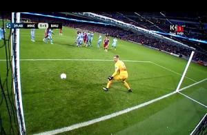 Hart đứng hình trong khi Alonso đá phạt ghi bàn