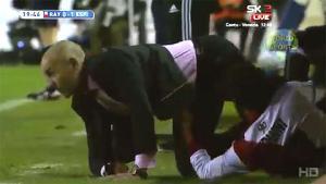 HLV Paco Jemez lĩnh trọn cú vào bóng bằng cả 2 chân