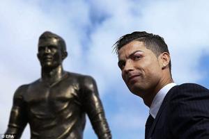Ronaldo vui mừng dự lễ khánh thành tượng đồng của mình tại quê nhà
