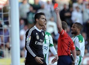 """Nạn nhân bị Ronaldo hành hung vẫn """"van xin"""" LFP nương tay với CR7"""