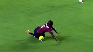 Cú vấp ngã siêu hài của cầu thủ trên sân