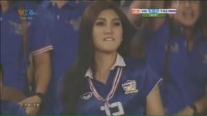 CĐV Việt Nam phát cuồng với hotgirl xinh đẹp fan bóng đá của Thái
