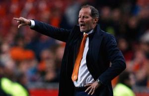 Mang nhục sau vòng loại Euro 2016, HLV Hà Lan vẫn quyết giữ ghế