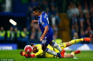 Cận cảnh pha ăn vạ kiếm 11m bất thành của Falcao ở trận Chelsea 1-3 Southampton
