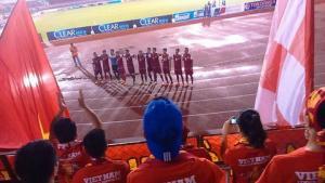 Cầu thủ U21 Việt Nam hát Quốc ca cùng CĐV sau khi thua U21 HAGL