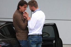 Pique phủ nhận tin đồn tình cảm đồng giới với Ibrahimovic trong tâm bão bị tống tiền