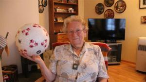 Bà lão 90 tuổi gây sốt toàn thế giới bằng tài tâng bóng