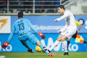 Benitez để Ronaldo ngồi dự bị lần đầu tiên ở mùa này?