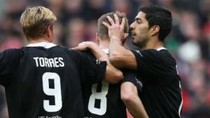 Suarez đá cặp Torres trong ngày tri ân Gerrard