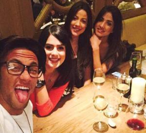 Một mình Neymar cân 3 người mẫu xinh đẹp
