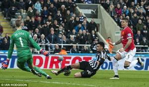 Thủ môn De Gea sở hữu pha cứu thua hay nhất vòng 28 Ngoại hạng Anh 2014-2015