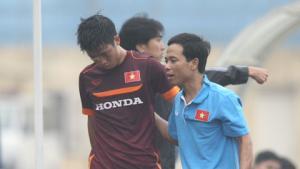 Dính trọn củi chỏ của Văn Quyết, sao U19 rách mi mắt