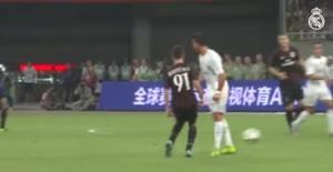 VIDEO: Hai pha xử lý siêu kỹ thuật của Ronaldo trước các cầu thủ AC Milan