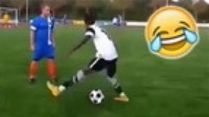 Video clip bóng đá hài: Những tình huống cầu thủ tự đá bóng vào mặt