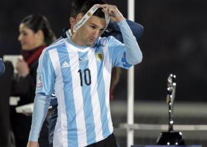 Quá đau buồn, Lionel Messi từ chối nhận giải Quả bóng vàng Copa America 2015