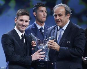 Messi cười tươi rói, Ronaldo mặt lạnh lùng tại lễ trao giải