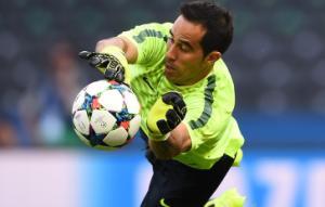 Claudio Bravo bị loại khỏi FIFPro 2015: Người hùng bị lãng quên