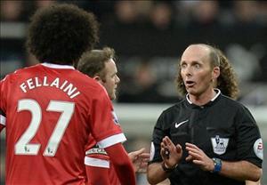 Mike Dean điều khiển trận derby Manchester