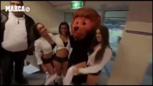 Đội bóng mừng Valentine bằng dàn mascot hấp dẫn