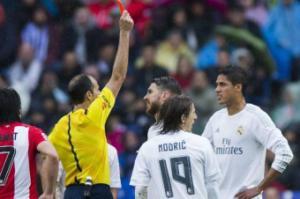 Varane bất phục với chiếc thẻ đỏ phải nhận trước Bilbao