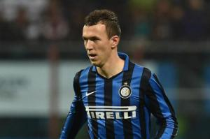 """Sao Inter chơi trò """"vừa đấm vừa xoa"""" với Liverpool và Chelsea"""