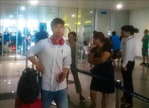 Công Phượng vừa về Việt Nam, được bạn gái Hòa Minzy đón tận sân bay