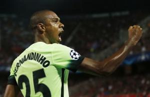 Pep Guardiola: Fernandinho có thể chơi ở 10 vị trí