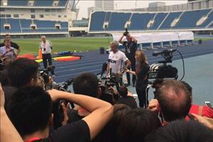 LẠ: HLV Mourinho tổ chức họp báo ... ngoài trời