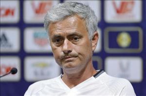 Mourinho chấp nhận gạch đá từ huyền thoại Man Utd