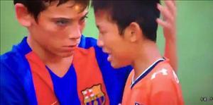 Hành động đẹp của các cầu thủ nhí Barca