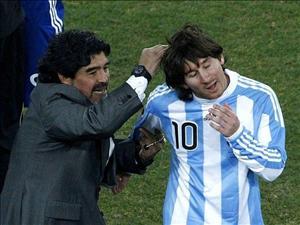 Maradona chi trich Messi vi dau hang Ronaldo qua som