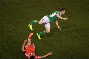 Sao Everton gãy chân kinh hoàng sau cú vào bóng của cầu thủ xứ Wales