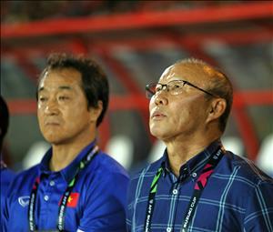 HLV Park Hang Seo suýt trượt chân ngã trong phòng họp báo với Myanmar