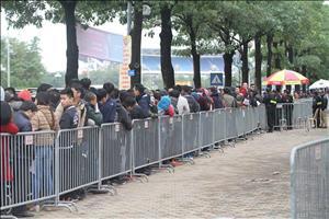 Chùm ảnh: Đăng ký mua online, NHM xếp hàng dài để nhận vé tại VFF