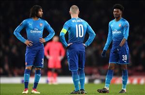 Wenger đấu khẩu huyền thoại MU nhằm bênh vực học trò