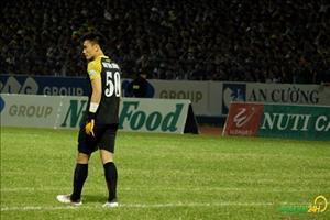 Thủ môn Bùi Tiến Dũng được động viên sau màn thi đấu thảm họa ở CK cúp QG