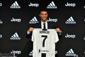Hành động thú vị của Ronaldo khi giới thiệu áo đấu tại Juventus
