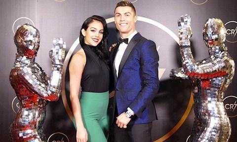 Bạn gái Ronaldo lại khiến NHM đứng ngồi không yên