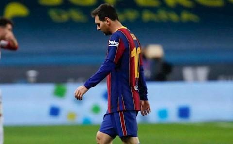 """Messi chỉ bị """"đánh khẽ"""" sau hành vi bạo lực"""
