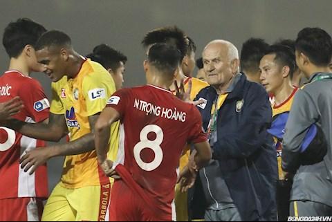 ẢNH: Nhà vô địch C1 giữ Trọng Hoàng lại trao đổi sau trận hòa trên sân Thanh Hóa