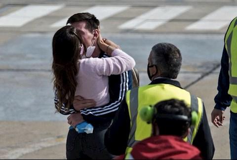 VIDEO: Vợ chồng Messi hôn nhau say đắm ngay tại sân bay