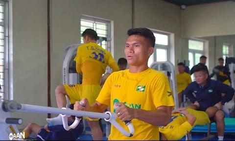 Cầu thủ SLNA miệt mài tập luyện dù V-League chưa hẹn ngày trở lại