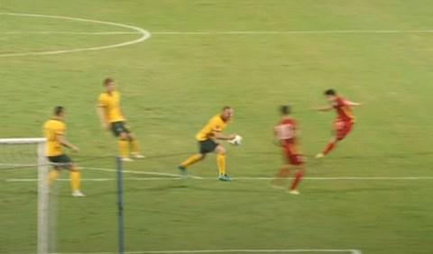 Hậu vệ Australia: Bóng chạm vào ngực tôi