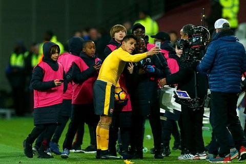 Du am West Ham 1-5 Arsenal Vi Sanchez la khong dung lai! hinh anh goc 2