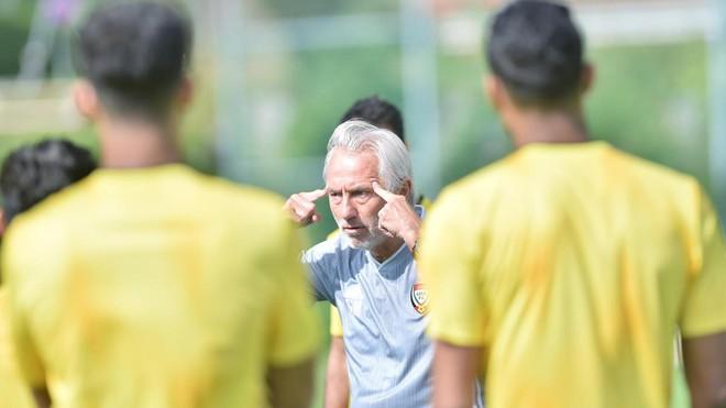 HLV Van Marwijk dang rat cang thang truoc tran gap Viet Nam. Anh: UAEFA.