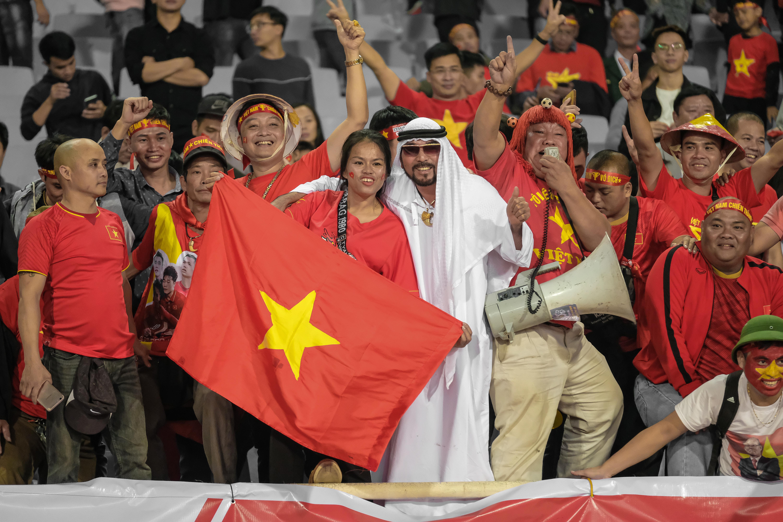 Hài hước Hoàng thân UAE lạc giữa rừng fan Việt hình ảnh gốc 3