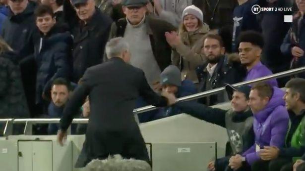 Mourinho cam on be nhat bong 2