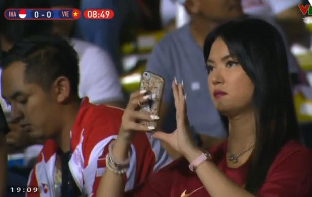 Thánh nữ Maria Ozawa khoác quốc kỳ cổ vũ U22 Việt Nam hình ảnh